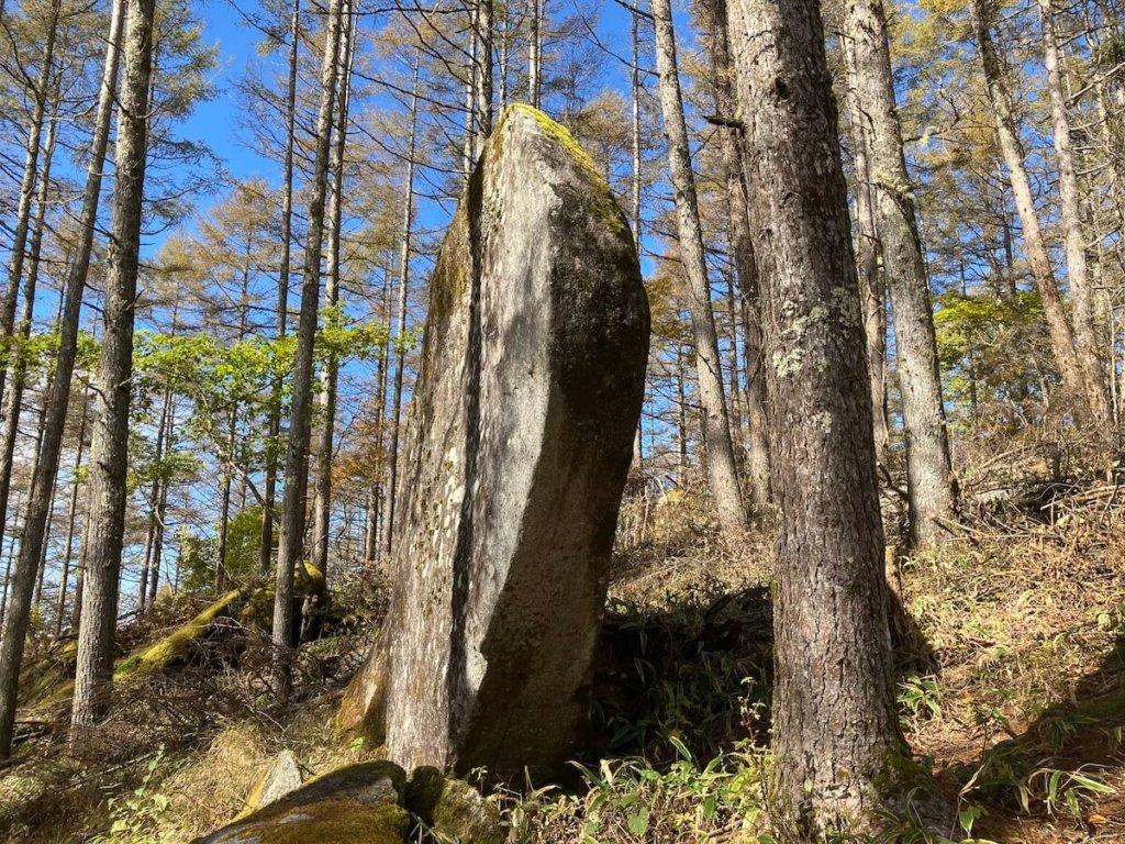 的石を横から見ると薄い一枚の岩